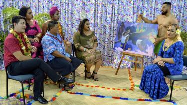 I samoansk-japanske Yuki Kiharas talkshow-videoværk 'First Impressions: Paul Gauguin' fra 2018 bliver Gauguins maleri 'Arearea no varua Ino' (Den onde ånds morskab, 1894) gruppeevalueret. Latteren er her et effektivt våben i kampen mod de klichéfyldte, euforiserende, sexistiske og heteronormative fremstillinger af Tahitis oprindelige folk