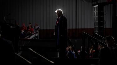 Den eneste forskel på valget i 2016 og 2020 er Fox News, hævder Donald Trump, der på Twitter har raset mod kanalens forræderi. Nu forsøger den afgående præsident i stedet at få sine følgere til at se OANN, der bl.a. har udbredt en række konspirationsteorier om COVID-19.
