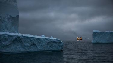 Klimaforandringerne kommer til at, nå ja, forandre mange ting, herunder grundbetingelserne for det, der kaldes 'maritim geo-økonomi', nemlig ved at isen smelter i Arktiske Hav, som derved bliver sejlbart, skriver Peter Adolphsen i ugens 'Bogkort'.