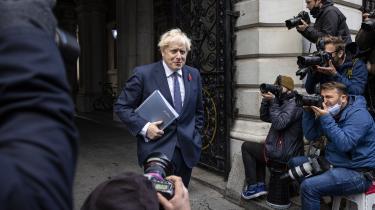 Boris Johnson står midt i en politisk storm, der hvert øjeblik truer med at feje benene væk under ham. Blandt egne partifælder, ja, helt ind i regeringskabinettet er der stigende mistillid til, at den flamboyante premierminister magter opgaven.