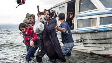 Inden for de seneste år har europæiske regeringer i stadig højere grad kriminaliseret nødhjælp til flygtninge. På fotoet ankommer flygtninge til den græske ø Lesbos tilbage i 2015.