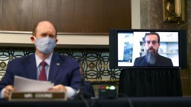 Twitters chef, Jack Dorsey, (på skærmen) blev af demokraterne i senatets retsudvalg afkrævet svar på, hvordan Twitter kan fjerne mere indhold, der har karakter af hate speech og ekstremisme.