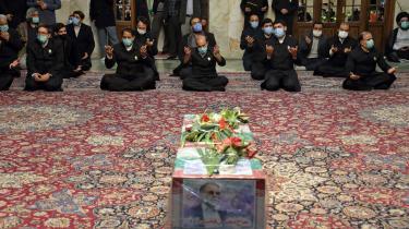 Iranere beder en bøn for den iranske atomforsker Mohsen Fakhrizadeh, som lørdag blev likvideret formentlig af den israelske sikkerhedstjeneste Mossad.