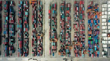 De lave kinesiske lønninger gør det svært at sælge tilstrækkeligt mange varer internt i Kina. Dermed bliver Kina for at holde sin økonomiske model kørende tvunget til at eksportere meget af sin produktion. Her containere på vej ud af landet.