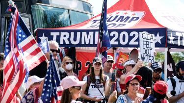 Trump-tilhængere viser deres støtte til præsidenten i Doral i Florida. Trump vil aldrig erkende sit nederlag ved valget, fordi han med beskyldningerne om valgsvindel vil forsøge at bevare en stærk tilknytning til de vælgere, der stemte på ham, og som flere har beskrevet som en 'Trump-kult.'