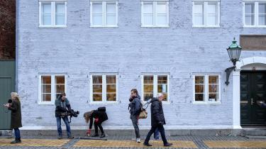 Medier fra både ind- og udland var mødt talstærkt frem, da retssagen mod de to brødre begyndte i går ved Retten i Rønne. Her forklarede de to brødre i detaljer, hvordan de havde mishandlet Philip Johansen i Nordskoven, fordi de mente, at han havde voldtaget deres mor.