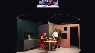 I teaterforestillingen Terningekvinden på Teater Momentum i Odense lader stykkets hovedperson (Malin Rømer Brolin-Tani) tilfældighederne – i form af terningekast – afgøre sit liv.