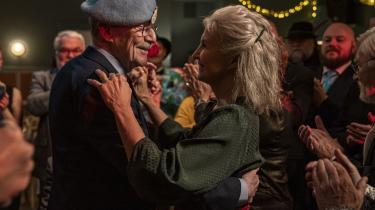 Ernst (Jesper Christensen) og Louise (Karen-Lise Mynster) fejrer guldbryllup i forsamlingshuset, og skeletterne vælter ud af skabene i Søren Kragh-Jacobsens 'Lille sommerfugl'.