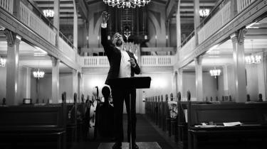 Organist Jakob Lorentzen føler ikke, at det er ensomt at spille for længst afdøde komponisters musik. For når man spiller dem i et unikt »nu«, så krydser musikken tid og sted og skaber et rum for fællesskabet.