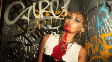 Når den amerikanske popstjerne Miley Cyrus snurrer sin rockdiskokugle for fuld skrue, blændes denne anmelder af genskæret fra hendes musikalske forbilleder. Og dem er der mange af