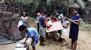I Sri Lanka bruger 32-årige Mahinda Dasanayaka sine weekender på at køre rundt på sin gamle Honda til isolerede landsbyer og udlåne bøger gratis. Han begyndte sit lille private knallertbibliotek i 2017 og har foreløbig lånt bøger ud til cirka 1.500 børn og 150 voksne.