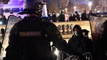 Den franske offentlighed har indlysende legitim interesse i at kunne orienteres om politiovergreb. Her foto fra en demonstration i Paris mod netop politibrutalitet.