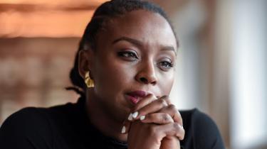 Chimamanda Ngezi Adichie har »set Amerika blive tarveligt og ordinært. Det har næsten været som et personligt tab. Pludselig var den ting, som jeg troede var et lysende forbillede, der ikke længere. Pludselig var Amerika et sted, som vi kunne grine og gøre nar af«.