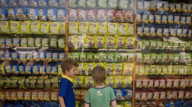 I supermarkederne møder vi i dag en mur af chips og slik, inden vi når frem til kassen. Det er de varer, vores krybdyrhjerne har sværest ved at sige nej til, og med det store udvalg føles det unaturligt ikke at tage en pose eller to med.