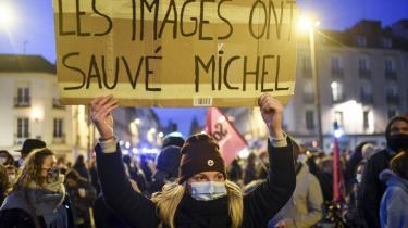 En kvinde holder et skilt med ordene 'Billederne reddede Michel' under en demonstration imod et forslag til en ny sikkerhedslov, som ville kriminalisere internetoffentliggørelser af optagelser af politiaktioner. Teksten henviser til et brutalt politioverfald på franskmanden Michel Zecler.