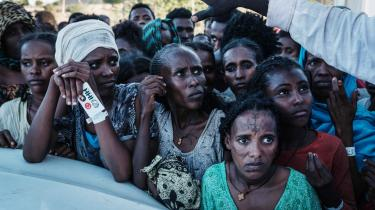 Flygtninge fra konflikten i Tigray venter på maduddeling i flygtningelejren Um Raquba i Gedaref i det østlige Sudan. I september vurderede FN, at der var 1,8 millioner internt fordrevne i Etiopien. Nu frygter verdensorganisationen, at tallet kan vokse med yderligere 800.000.