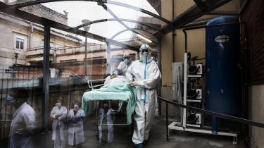 Med holdninger, der stritter i alle retninger, udkæmper italienskevirologer, epidemiologer, immunologer og andrepandemikendisser dagligt et slag i medierne. For og imod mundbind. For og imod massetestning. For og imod nedlukning. Og så videre.