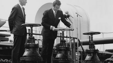 Under opsyn af skibsreder Mærsk Mc-Kinney Møller åbnede prins Henrik i 1972 for den første danske olie hjembragt fra Nordsøen.