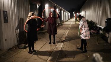 Tre piger hænger ud foran lokalet, hvor der hver mandag er lektiecafe for kvarterets børn.
