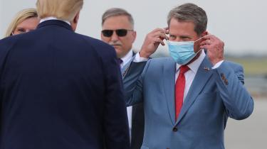 Under et vælgermøde i en provinsby i Georgia lørdag hævdede Trump, at »demokraterne tyvstjal sejren« og kritiserede bl.a. den republikanske guvernør, Brian Kemp (til højre), for at have bekræftet resultatet officielt.