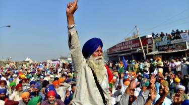 Indiske landmænd strømmede for to uger siden mod den indiske hovedstad, Delhi, fra de nordlige delstater Punjab og Haryana og har lige siden blokeret en flere kilometer lang vejstrækning i udkanten af byen. Deres vrede skyldes tre nye love, som er blevet indført af regeringspartiet Bharatiya Janata Party (BJP), og de siger, at de har medbragt mad og forsyninger nok til at blive i flere måneder.