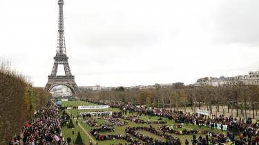 En række ngo'er er gået sammen om at lave en menneskekæde ved Eiffel-tårnet den 12. december, 2015 i Paris under COP 21.