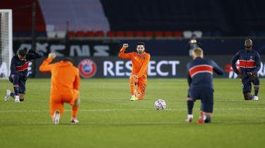 Da en fjerdedommer under Champions League-kampen mellem Paris Saint Germain og Basaksehir Istanbul angiveligt brugte et racistisk ord om det tyrkiske holds sorte hjælpetræner, udvandrede begge hold i protest. Da kampen blev genoptaget næste dag, knælede spillerne i protest mod racisme. Det, som spillerne, dommerne og fodboldverdenen imidlertid ikke protesterede mod, var det forhold, at Paris Saint Germain er ejet af staten Qatar. At den symbolske manifestation inde på banen blev udført af stjernespillere, som får et par hundrede millioner kroner om året af en stat, der systematisk mishandler de næsten to millioner migrantarbejdere i landet.
