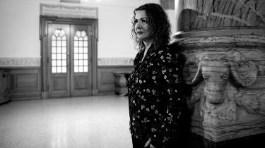 »Da Halime Oguz voksede op i en kurdisk familie i Vollsmose, blev hun opdraget med, at hun for alt i verden skulle beskytte sin ærbarhed. Familiens ære afhang af den. Og familiens ære var det vigtigste af alt.«, skriver Anton Geist.