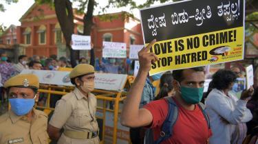 En menneskerettighedsaktivist protesterer mod den såkaldte Love Jihad-lovgivning. Begrebet 'kærlighedsjihad' er opfundet af radikale hindugrupper, der i årevis har promoveret en påstand om et muslimsk komplot med det formål at konvertere hinduistiske kvinder til islam gennem ægteskab. Og nu har Uttar Pradesh, Indiens største delstat valgt at indføre den nye lov, der blandt andet foreskriver, at en mand og en kvinde, der tilhører forskellige religioner, skal give en distriktsdommer to måneders varsel, før de bliver gift.