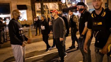 Anslået 200 medlemmer af Proud Boys deltog i protestmarchen i Washiongton DC lørdag, og de blev mødt af moddemonstranter fra blandt andet Antifa. Politiet var frem til mørkets frembrud i stand til at holde de to fraktioner adskilt, men senere på aftenen kom det til en række konfrontationer.
