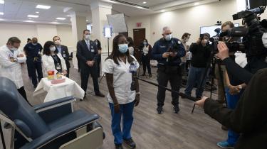 Under stor mediebevågenhed blev sygeplejersken Sandra Lindsay mandag den første i New York til at modtage COVID-19-vaccinen.