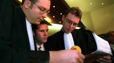 Efter den såkaldte Bosman-dom ville ingen klubber røre Jean-Marc Bosman (i midten), som nu var bedre kendt som en kværulant end et fodboldtalent. Belgieren blev persona non grata og måtte tage til takke med amatørfodbold.