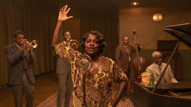 Viola Davis spiller blueslegenden Ma Rainey, og nu afdøde Chadwick Boseman (yderst til venstre) kan ses som den ambitiøse trompetist Levee.