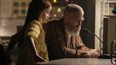 Videnskabsmanden Augustine (George Clooney) får i sin ensomhed selskab af pigen Iris, og sammen forsøger de at kontakte rumskibet Æter, der er på vej tilbage til en ødelagt jord i fremtidsdramaet 'The Midnight Sky'.