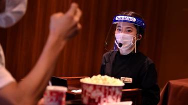 Den japanske supercomputer Fugaku har udregnet, hvilke situationer der udgør den største smitterisiko. Det har betydet, at de japanske biografer er blevet erklæret sikre, selv når »der spises popcorn og hotdogs«, siger den ansvarlige minister for den japanske regerings COVID-19-håndtering, Nishimura Yasutoshi.