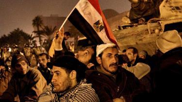 På Tahrir-pladsen i Cairo demonstrerede hundredtusinder i 2011 mod det egyptiske militærstyre. Protestbevægelsen fortsatte den steppebrand, som den tunesiske gadesælger Mohamed Bouazizi udløste i december 2010, da han satte ild til sig selv – og efter 30 år ved magten trådte Egyptens præsident, Hosni Mubarak, tilbage.