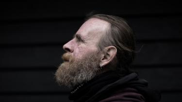 Dan Bjerregaard har været hjemløs det meste af sit liv. »Groft sagt siden jeg var fire år,« siger han. I dag er han 47. »Der stak jeg af hjemmefra, fordi min far tæskede os.«