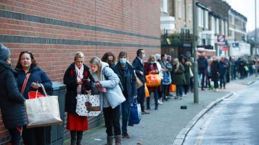 Folk, der står i kø foran et supermarked i London, som i øjeblikket er særligt ramt af coronavirussen.