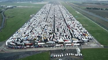 Tusindvis af lastbiler sad fast i Kent juledag. Her holder de på en landingsbane i Manston Lufthavn.