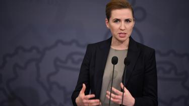 Statsminister Mette Frederiksen (S) på tirsdagens pressemøde, hvor hun bekendtgjorde, at regeringen forlænger de nuværende restriktioner til den 17. januar.