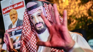 En demonstrant foran det saudiske konsulat i Istanbul med rødmalede hænder og iført en maske der forestiller Mohamed bin Salman af Saudi-Arabien. Både FN og CIA mener at kronprins Bin Salman beordrede mordet på den saudiske kritiker Jamal Khashoggi.