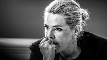 På baggrund af Instrukskommissionens vurderinger må man antage, at nogenlunde følgende er sket: Første gang Inger Støjberg skulle svare Folketinget i sagen om asylparrene, fortalte hun sandheden om den undtagelsesfri adskillelse. Men sandheden viste sig at udgøre et alvorligt forklaringsproblem for hende. For som Ombudsmanden slog fast, var den undtagelsesfri adskillelse ulovlig.