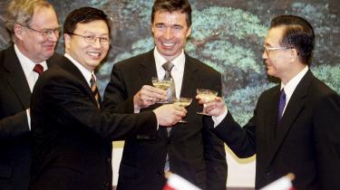 Tilbage i 00'erne arbejdede daværende statsminister Anders Fogh Rasmussen kraftigt for et tættere samarbejde med Kina. Som her i 2004, hvor han mødtes med den kinesiske premierminister Wen Jiabao (til højre) under et besøg i Kina.  I dag erkender både han og den danske udenrigsminister fra dengang, Per Stig Møller, at både de og Vesten var naive i tilgangen til Kina.