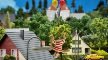 John Dillermand svæver væk i sin dillerballon.