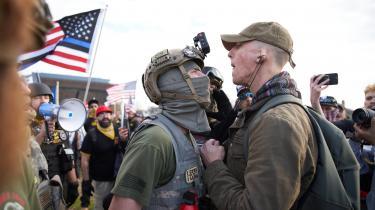 Et medlem af den højreradikale militsgruppe Proud Boys i sammenstød med en venstreorienteret i Washington efter præsidentvalget. Onsdag er der planlagt massedemonstration foran Kongressen, som Trump bakker fuldt ud op om, og som han i et tweet har sagt, han vil deltage i. Blandt deltagerne er Proud Boys.