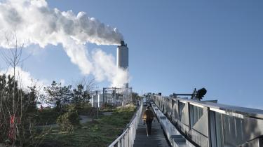 Forbrændingsanlægget Amager Ressourcecenter ligger under den kunstige skibakke på 86 meter og sender røg og damp op. Anlægget kan også blive det første herhjemme, hvor man kommer i gang med CO2-fangst.