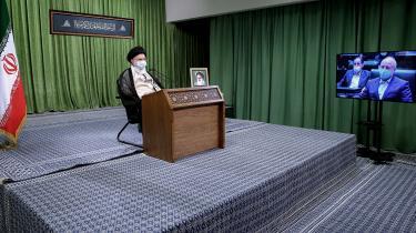Irans åndelige leder, Ayatollah Khamenei, er mere eller mindre den lovgivende, udøvende og dømmende magt. De få mænd der skal holde ham i skak, er formelt set alle sammen udpeget af ham. Politikere, præster, bureaukrater og sågar hærchefer.