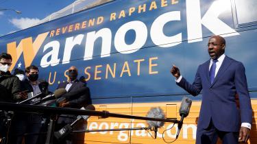 I et ekstremt tæt løb i anden runde af to senatsvalg i Georgia tydede alt på, at mindst en af demokraterne, den afroamerikanske pastor Raphael Warnock, ville besejre republikanske senator Kelly Loeffler med en margin på en eller to procentpoint.