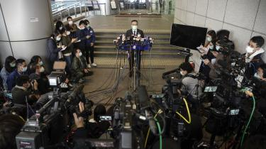 Den nye investeringsaftale mellem EU og Kina møder massiv kritik. Ikke mindst, fordi det er stærkt tvivlsomt, om kineserne vil leve op til aftalens blødere formuleringer om at leve op til internationale aftaler, for det har Kina gang på gang vist, at man ser bort fra. Ikke mindst i forhold til de aktuelle anholdelser af demokratiforkæmpere i Hongkong. Her er det den lokale politiinspektør Li Kwai-wah (i midten), som under en pressekonerence onsdag fortæller om anholdelserne, der i hårde vendinger kritiseres fra USA og Europa.