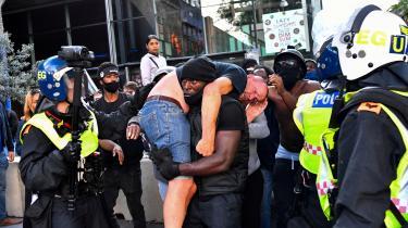 Vi opfører os faktisk ikke horribelt – men tværtimod hjælpsomt – under for eksempel bombardementer og oversvømmelser. Her hjælper en Black Lives Matter-demonstrant en tilskadekommen moddemonstrant under protester i London.